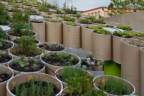 """Nýstárlegir gróðurpottar. Mynd tekin úr greininni """"New Urban Farming Laws in the Big Apple"""" sem fjallar um lagasetniningu um aukinn hlut borgarbýla og ræktunar í New York borg. ref: http://questpointsolarsolutions.com/?p=12576"""